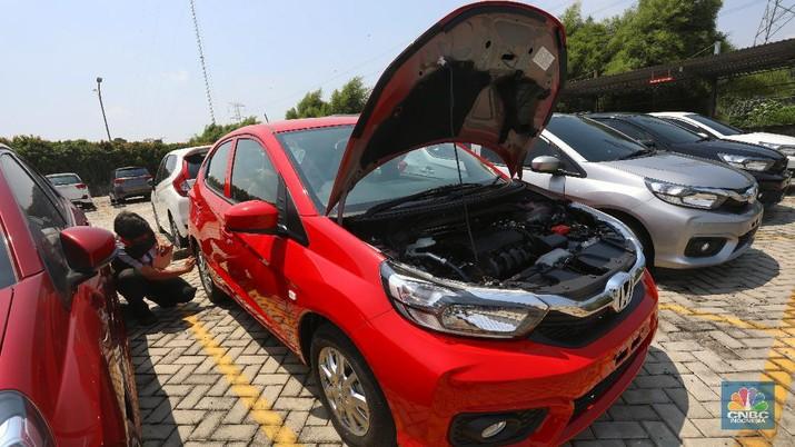 Petugas melakukan pengecekan fisik kendaraan sebelum di kirimkan ke pelanggan di Dealer Honda Sawangan, Depok, Jawa Barat (17/9/2020). Kementerian Perindustrian mengusulkan relaksasi pajak pembelian mobil baru sebesar 0 persen atau pemangkasan pajak kendaraan bermotor (PKB). (CNBC Indonesia/ Andrean Kristianto)
