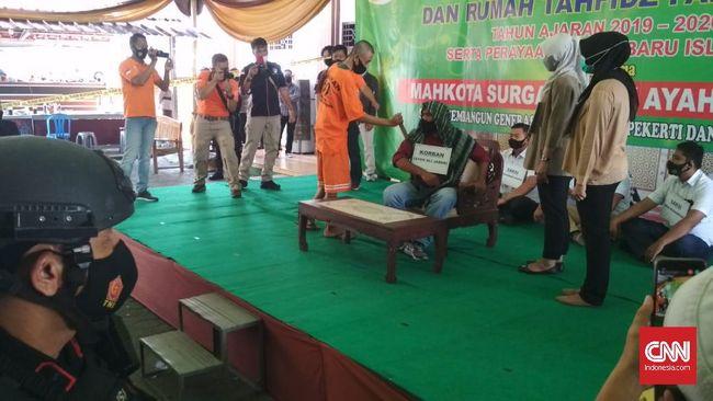 Tersangka penusukan Syekh Ali Jaber memeragakan 17 adegan saat reka ulang kasus di Masjid Falahuddin, Lampung.