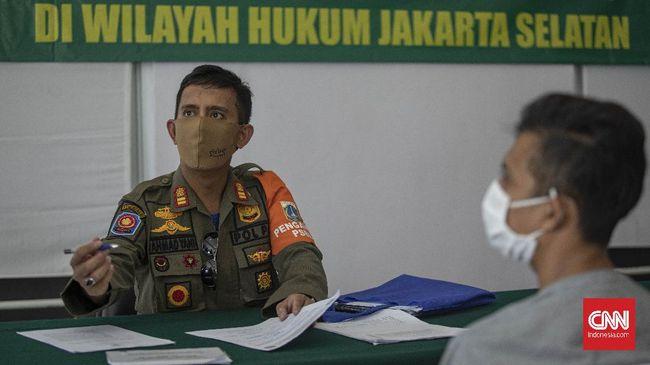 Pemprov DKI Jakarta diminta tetap mengutamakan kepolisian untuk mengusut pelanggaran protokol kesehatan Covid-19 yang dilakukan masyarakat.