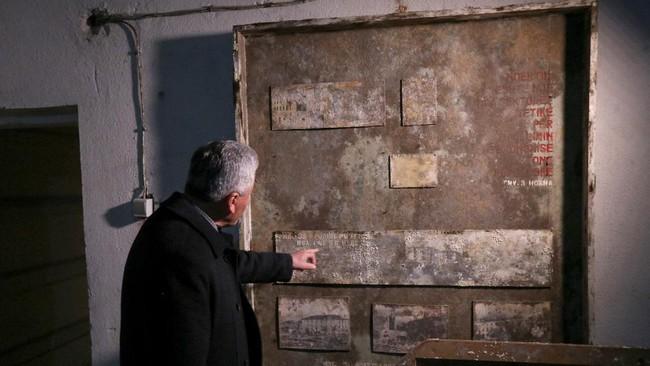 Enver Hoxha, pemimpin komunis yang sempat memimpin Albania, membangun ruang bawah tanah untuk latihan perang imajiner dengan musuh asing.