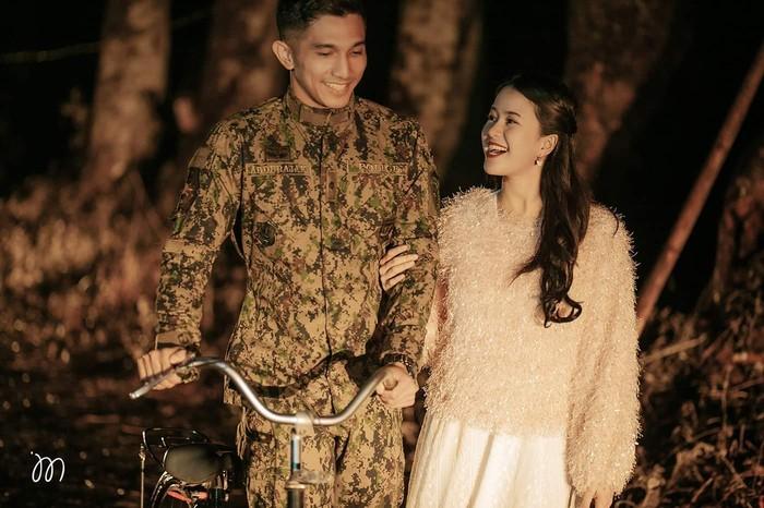 Tampak beberapa scene terbaik dari Hyun Bin (Kapten Ri) dan Son Ye Jin (Se-Ri) direka ulang kembali pada video pre-wedding Jay dan Rihan dengan sangat baik. Seperti saat pertemuan pertama kali keduanya saat Se-Ri mendarat pertama kali dengan kostum parayalang, duduk dengan api unggu, hingga potret di atas saat keduanya bercanda dengan sepeda andalan Kapten Ri. (Jay dan Rihan/Sumber: Facebook.com/JamesMontanoPhotography)