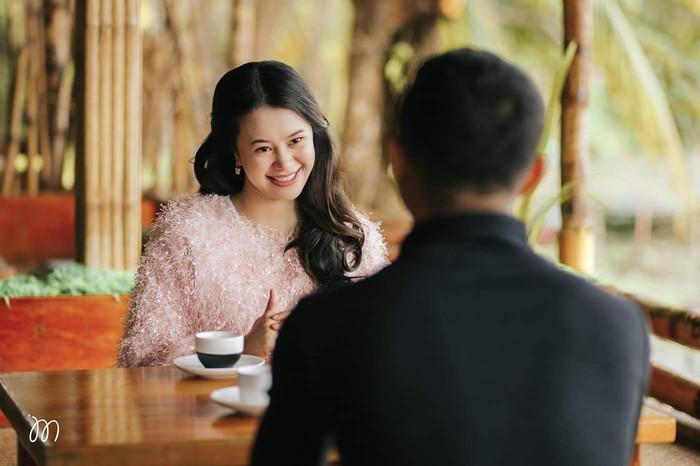 Dari kisah yang menarik ini, vendor OutLoud Studios kemudian memberikan keduanya ide untuk membuat konsep pre-wedding ala kisah cinta Hyun Bin dan Son Ye Jin.