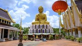 Jika sedang wisata di Thailand, sempatkan diri ke Kuil Samphran, tempat ibadah umat Buddha yang populer dengan patung naga melilit menara berwarna pinknya.