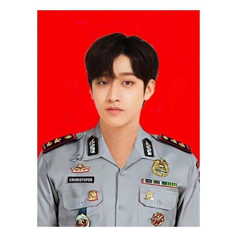 Idol K-Pop yang diedit berseragam polisi