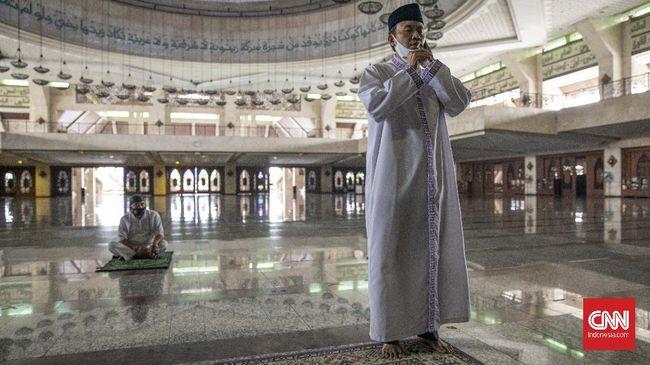 Azan adalah panggilan bagi umat Islam untuk melakukan salat lima waktu. Terdapat sejumlah irama azan yang merdu dan menyentuh hati.