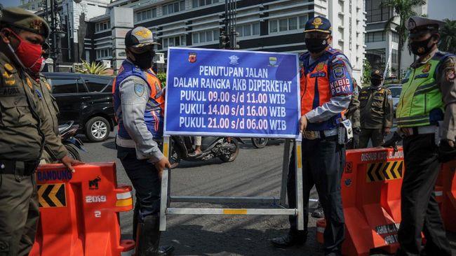 Bandung resmi memberlakukan sistem buka tutup jalan mulai Jumat (18/9). Selain kendaraan bermotor, sepeda juga dilarang melintas.