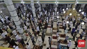 FOTO: Masjid Tetap Gelar Salat Jumat di Masa PSBB Total