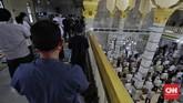Masjid-masjid di Jakarta telah diminta mengurangi operasionalnya di masa PSBB yang diperketat. Namun hari ini, sejumlah masjid tetap menggelar Salat Jumat.