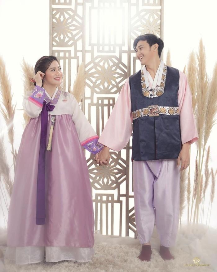 Keduanya kompak menggunakan busana tradisional asal Korea Selatan berwarna ungu dengan kombinasi warna pastel. Hito tetap terlihat menawan dengan warna pastel ditambah kombinasi navy. Pemotretan ini dilakukan bersama fotografer ternama FD Photography. (foto: instagram.com/felicyangelista)