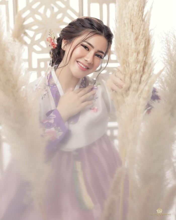 Sementara Felicya terlihat sangat cantik dengan tatanan rambut dutch braids dan warna hanbok pastel yang terlihat soft namun elegan. Makeup ala Korea dengan look natural juga menambah kesan fresh dan cantik. Riasan ini adalah hasil dari tangan MUA Vuva. (foto: instagram.com/felicyangelista)