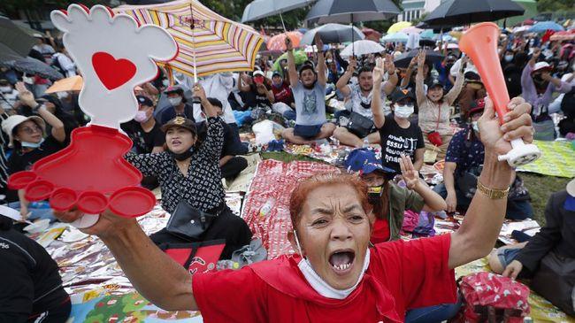 Parlemen Thailand menunda keputusan amandemen undang-undang dasar, meski terus didesak oleh kalangan aktivis pro-demokrasi.
