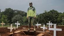 FOTO: Penggali Kubur, Pahlawan di Tengah Pandemi Covid-19