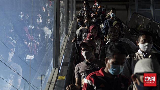 Larangan operasional KRL di Tanah Abang pada jam-jam tertentu kembali memicu antrean penumpang yang panjangnya mencapai puluhan meter.