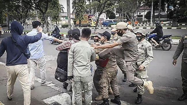Kejadian bermula saat massa aksi dari organisasi Himpunan Mahasiswa Islam Kabupaten Bogor berunjuk rasa di Kompleks Pemkab Bogor, Kamis (17/9).