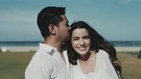 <p>Beberapa waktu lalu, Sheila Marcia dan suaminya, Dimas Akira melakukan maternity photoshoot nih. Pasangan ini melakukan sesi foto di Bali, Bunda. (Foto: Instagram @dmustakira)</p>