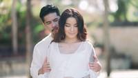 <p>Sheila dan Dimas memamerkan foto romantis mereka lho. Foto ini misalnya, Dimas memandang dan memeluk Sheila Marcia dari belakang. (Foto: Instagram @itssheilamj)</p>