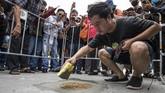 Unjuk rasa menuntut mundurnya PM Prayut Chan-O-Cha di Thailand diwarnai aksi penempelan plakat