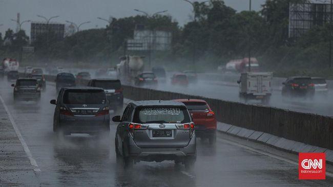Mengemudi saat hujan bukan berarti harus pelan, melainkan pengemudi mesti bisa mengendalikan kecepatan sambil menyesuaikan situasi di jalan.