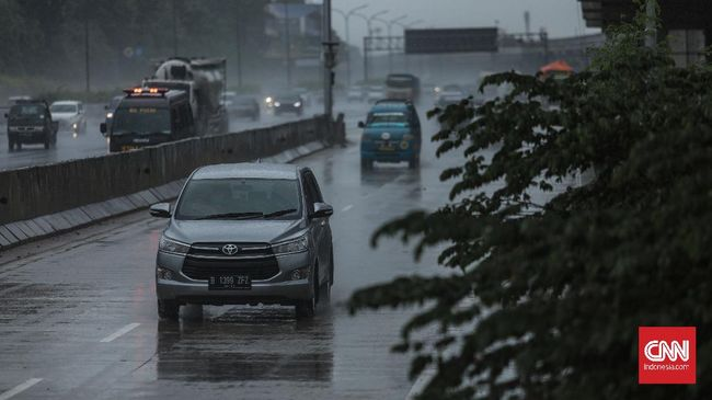 Hujan deras yang mengguyur wilayah DKI Jakarta Jumat (16/10) sore diperkirakan akan berhenti pada pukul 19.30 WIB.