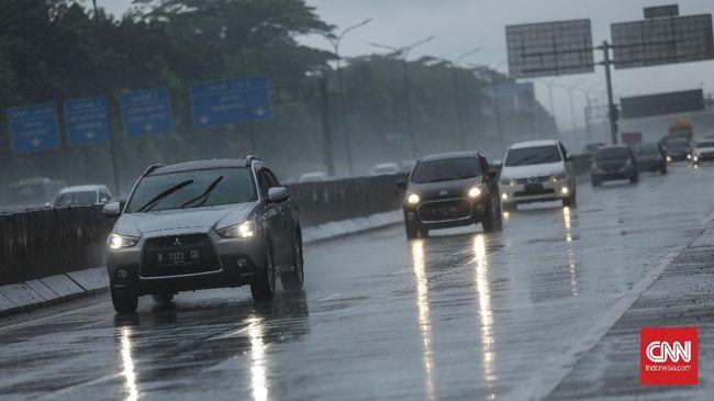 BMKG memprakirakan pada pagi hari seluruh wilayah DKI Jakarta kecuali Kepulauan Seribu akan diguyur hujan ringan, sementara hujan petir baru akan terjadi siang.