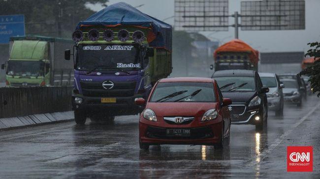Berkendara saat hujan butuh persiapan diri, kendaraan, dan aturan main selama berkendara.