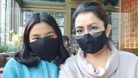 <p>Kalau ke luar rumah, Mayangsari dan Khirani tentu kompak pakai masker. (Foto: Instagram @mayangsaritrihatmodjoreal)</p>