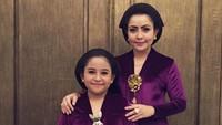 <p>Saat Hari Kartini, Mayangsari mengunggah foto jadul ketika Khirani masih kecil. Mereka berdua kompak pakai kebaya ungu. (Foto: Instagram @mayangsaritrihatmodjoreal)</p>