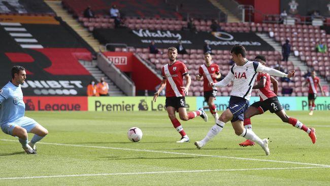 Son Heung Min mencetak quattrick membawa Tottenham Hotspur menang telak 5-2 atas Southampton di Liga Inggris, Minggu (20/9).