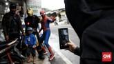 Mengenakan kostum superhero, sejumlah orang berkeliling kampung untuk menghibur anak-anak dan berharap mendapatkan imbalan dari warga di tengah pandemi.
