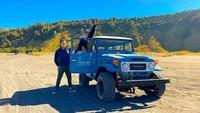 <p>Pasangan ini juga menikmati keseruan dengan menaiki mobil Jeep dan mengelilingi kawasan Bromo. (Foto: Instagram @reinobarack)</p>