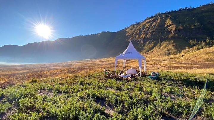 Mereka bahkan mendirikan tenda untuk bisa menikmati pemandangan Bromo yang sangat mempesona. (Foto: Instagram @reinobarack)