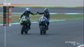 VIDEO: Rossi Beri Selamat ke Vinales di MotoGP Emilia Romagna