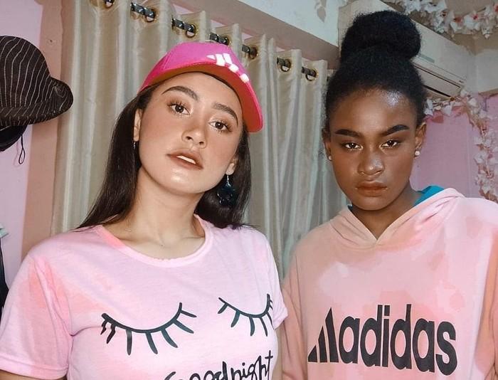 Afifah dan Sylla juga membuat sebuah video makeup mereka yang bertukar pouch makeup ke kanal YouTube keduanya. Dari situ, keduanya viral dan semakin dikenal warganet lebih luas. (Sumber foto: www.instagram.com/anakbusuzan/).