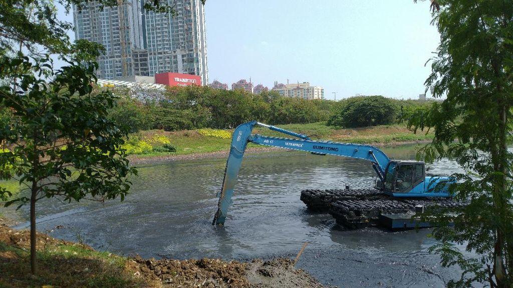 Antisipasi Banjir, Pemprov DKI Keruk Waduk Ria Rio Jaktim