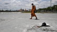 FOTO: Belum Genap Sehari, Plakat Demokrasi Thailand Dicopot