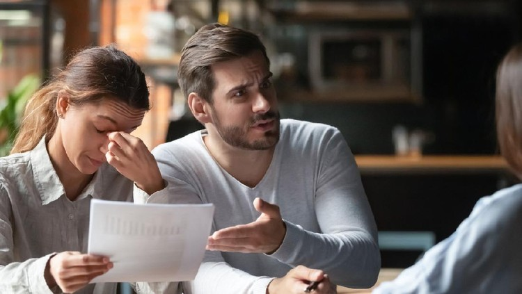 Angry young couple complaining, bad contract terms, outraged man arguing with manager or realtor, upset woman holding documents with stats, contract, dissatisfied clients demanding compensation