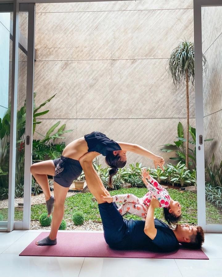 Dalam melakukan yoga, Chelsea kerap ditemani anak dan suaminya. Romantis banget ya. (Foto: Instagram @chelseaoliviaa)