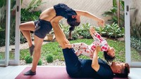 <p>Dalam melakukan yoga, Chelsea kerap ditemani anak dan suaminya. Romantis banget ya. (Foto: Instagram @chelseaoliviaa)</p>