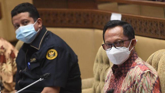 Pada Surat Edaran Mendagri Nomor 800/2794/SJ, Mendagri Tito Karnavian tak lagi melarang buka puasa bersama dengan mengganti diksi pelarangan jadi pembatasan.