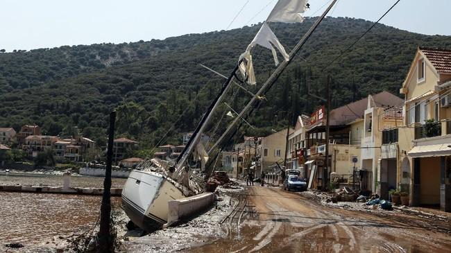 Badai Lanos disertai angin kencang dan hujan deras menghantam beberapa daerah di Yunani hingga memicu genangan banjir di rumah dan jalan pada Jumat (18/9).