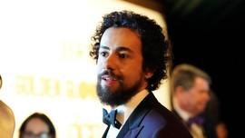 Tim Emmy Awards Berkostum Tuksedo APD Ledek Aktor yang Kalah
