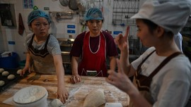 Hangatnya Toko Roti China yang Pekerjakan Staf Tunarungu