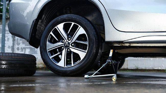 Ada dua penyebab umum bunyi dengung dari area roda saat mobil melaju di atas 60 km per jam, yaitu ban atau laher (bearing) yang rusak.
