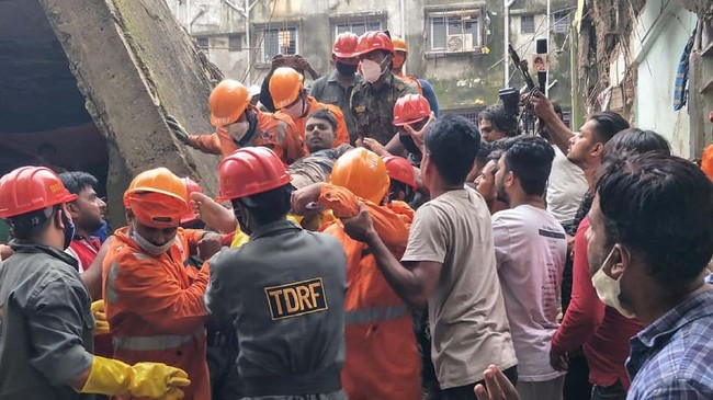 Korban tewas akibat bangunan runtuh di pinggiran kota Mumbai, negara bagian Maharashtra, India kini mencapai 15 orang dan 25 orang diduga masih terjebak.
