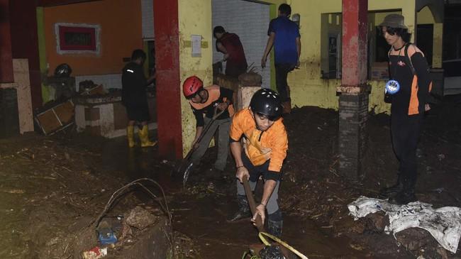 Banjir bandang luapan Sungai Citarik menghanyutkan belasan rumah hingga menyeret warga di Kecamatan Cicurug, Sukabumi, Jabar, Senin (21/9).