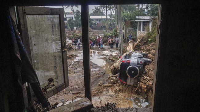 Tim Gabungan saat ini masih terus membersihkan material banjir dan mencari satu korban hilang terseret banjir. Dua orang tewas dalam bencana banjir bandang ini.