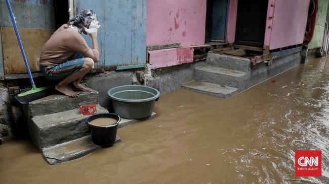 Debit air yang bertambah di Bendungan Katulampa dan hujan yang mengguyur Jakarta pada Senin malam membuat Kebon Pala, Jakarta, kebanjiran lagi.