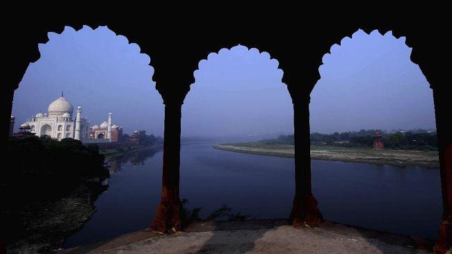 Di balik keindahan Taj Mahal sering terlihat pemandangan memilukan; bocah-bocah yang berdagang sampai mengemis.