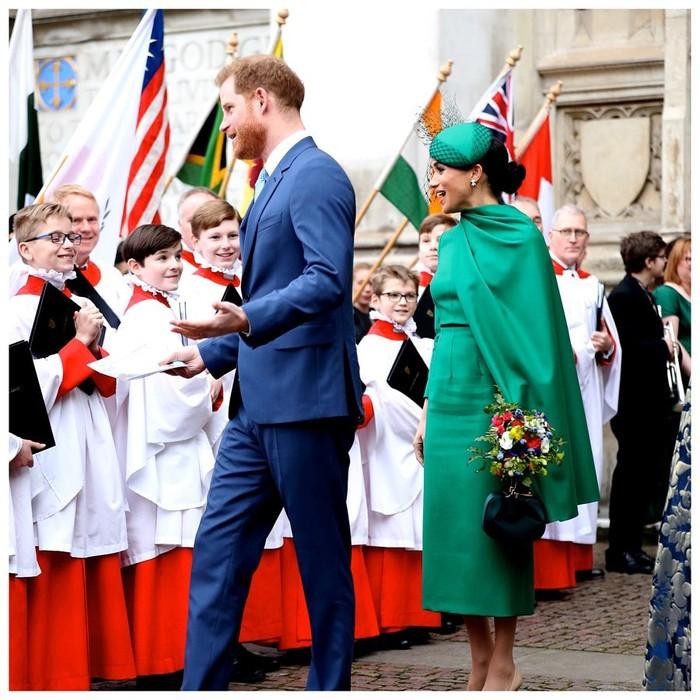 Pangeran Harry dan Meghan Markle telah resmi mundur sebagai anggota Kerajaan Inggris. Dalam tugas terakhirnya sebagai Ducches of Sussex, Meghan Markle bersama sang suami menghadiri acara Commonwealth Day pada 9 Maret 2020. Dia tampil elegan mengenakan dress berwarna hijau yang dirancang custom dari Emilia Wickstead dan dikabarkan menelan biaya £1,450 atau Rp25 juta serta anting berlian seharga US$12.000 atau Rp168 juta. (Foto: instagram.com/sussexroyal)