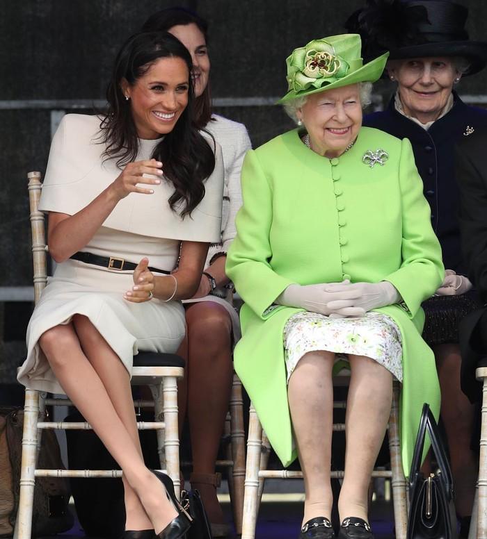 Saat melakukan kunjungan Kerajaan pertama tanpa didampingi Pangeran Harry, Meghan Markle bersama Ratu Elizabeth II menghadiri pembukaan jembatan Gateway Mersey pada 14 Juni 2018. Ia tampil cantik dalam balutan dress custom rancangan Givenchy yang memiliki detail cape di bagian dada. Dress berwarna beige ini diketahui bernilai US$18,000 atau Rp252 juta. (Foto: instagram.com/theroyalfamily)